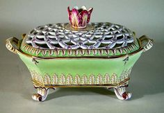 A Fine English Porcelain Openwork Basket with Tulip Finial, 1820