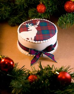 Lindsay Tartan Stag Christmas Cake by Sucre Coeur - Eats & Ink Christmas Cake Designs, Christmas Cake Pops, Christmas Sweets, Christmas Baking, Christmas Cookies, Christmas Cake Decorations, Tartan Christmas, Plaid Christmas, Christmas Time