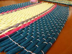 Salvamanteles de trapillo de Gema Loom Weaving, Projects To Try, Rugs, Diy, Farmhouse Rugs, Craft, Mesh, Log Projects, Fabrics
