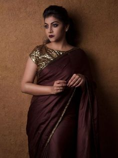 Do you want to make your plain sarees look beautiful? Here are 12 easy tips and tricks to give a designer touch to simple plain drapes. Elegant Design Sari Click visit link above for more details Simple Sarees, Trendy Sarees, Stylish Sarees, Fancy Sarees, Party Wear Sarees, Divas, Satin Saree, Silk Satin, Modern Saree