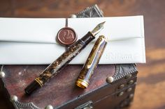 A fountain pen inspired by the great artists and techniques of the Renaissance era, the Pelikan M800 Renaissance Brown features a beautiful ribbon of brown acrylic resin. This special edition pen comes with an 18k gold nib and a piston-filling mechanism.