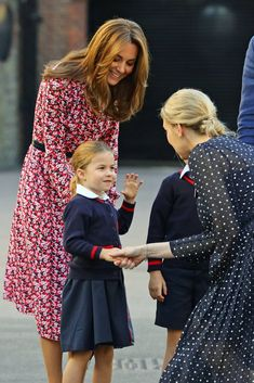 Princess Charlotte started school at Thomas's Battersea with big brother, Prince George, and was dropped off by parents Prince William and Kate Middleton Carole Middleton, Kate Middleton Pregnant, Kate Middleton Photos, Prince William Et Kate, Kate Middleton Prince William, Princess Kate Middleton, Prince Philip, Prince Georges, Duke And Duchess