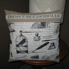Housse de coussin brodée main cabinet de curiosites en noir sur écru toile nid d'abeille seigle