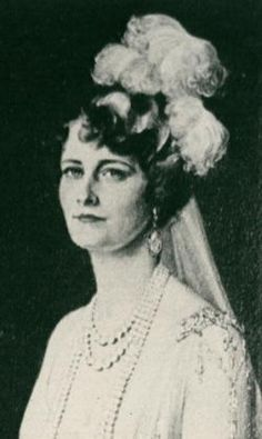 Dressed for court presentation: Marjorie Merriweather Post, then Mrs. Hutton, is depicted in a 1927 portrait by DeBlass. Belle Bridal, Bridal Style, Vintage Glamour, Vintage Beauty, Vintage Photographs, Vintage Photos, Star Jewelry, Fine Jewelry, Women In America