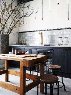 Cozinha com mesa de centro de madeira
