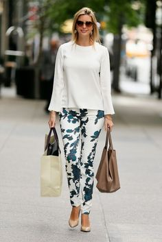 Ivanka Trump was spotted walking to work in New York city. She looked very stylish in printed pants combined with white blouse. Mode Outfits, Fashion Outfits, Fashion Ideas, Ivanka Trump Style, Ivana Trump, Mode Chic, Over 50 Womens Fashion, Mode Inspiration, Look Fashion
