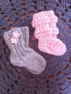 #paulanpuikoissa #villasukka #junasukka #neulominen #virkkaus #juhannusruusu Knitting Videos, Knitting Charts, Baby Knitting Patterns, Knitting Socks, Best Baby Socks, Knit Baby Dress, Wool Socks, Boot Cuffs, Mittens