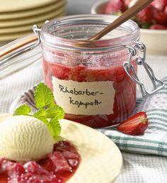 Fruchtiges Kompott aus Erdbeeren und Rhabarber, dazu Vanilleeis | http://eatsmarter.de/rezepte/fruchtiges-kompott-aus-erdbeeren-und-rhabarber-dazu-vanilleeis