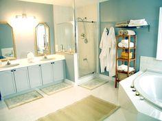 Einsicht modernes Badezimmer mit Eckbadewanne und Dusche