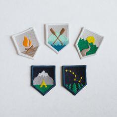 Un ensemble de cinq 1.75 x 2,25 ecussons brodés.  Chaque patch est fabriqué sur commande et finis à la main dans notre boutique. Légères