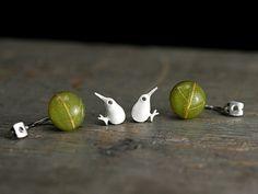 Kiwi & echtes Blatt Doppel Ohrringe versilbert. Besonderer Clou: das Blatt ist der Rückstecker des Kiwi.  Es wird also hinten aufgesteckt und damit der Kiwi geschlossen. Das echte Blatt wurde in Harz eingegossen.  DAS BILD AM OHR ZEIGT DIE VERGOLDETE VARIANTE zur Verdeutlichung des Sitzes am Ohr!   Die genauen Maße: Ein Kiwi ist 13mm x 9mm. Das Blatt ist ca. 14mm x 14mm. Die Ohrringe sind wasserfest.