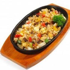 Salata de orez cu legume.  Ingrediente   1 cana de orez   1 vanata   4 castraveti murati   1 ardei gras rosu   2 linguri ulei   sare, piper