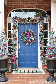 15 fun and festive Christmas porch decorating ideas! Come get inspired with these unique ideas. Everything from farmhouse to traditional and even colorful front porch christmas ideas! Elegant Christmas Decor, Silver Christmas Decorations, Decorating With Christmas Lights, Porch Decorating, Beautiful Christmas, Holiday Decor, Decorating Ideas, Traditional Christmas Decor, Bohemian Christmas