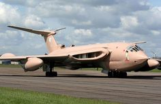 Photograph of aircraft - UK - Royal Air Force (RAF) Handley Page Victor at Off Airport. Military Jets, Military Aircraft, Handley Page Victor, V Force, Helicopter Plane, Old Planes, Nose Art, Royal Air Force, Private Jet