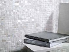 Porcelanosa. Constituées de petites tesselles, les mosaïques dotent la combinaison de différents matériaux de dynamisme et de richesse et rompent la monotonie d'un revêtement unique, qu'elles soient utilisées en guise de listels ou pour encadrer différentes zones