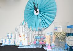 #Assepoester sweet table. Met #traktatie doosjes, kastelentaart, toverstaf-cakepops, blauwe popcorn, papieren rietjes, bestek. Door Typisch Mies.