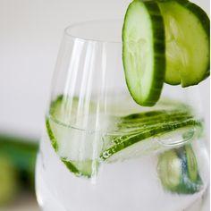 Τι να πιω το καλοκαίρι; 3 δροσιστικά και υγιεινά ποτά με λιγότερο από 1 θερμίδα (!) Best Detox Water, Cucumber Detox Water, Weight Loss Water, Fast Weight Loss, Lose Weight, Cucumber Health Benefits, Infused Water Recipes, Diet Drinks, Beverages