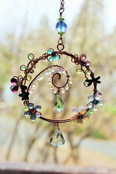 sun catcher, Wire wrapped marbles and beads wind chime. wire work window charm spins, hand made by me. Wire Crafts, Jewelry Crafts, Jewelry Ideas, Wire Wrapped Jewelry, Wire Jewelry, Carillons Diy, Easy Diy, Diy Wind Chimes, Beads And Wire
