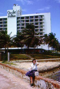 """Hotel Caribe Hillton,San Juan,Puerto Rico. Cuando la Compañía de Fomento Industrial de Puerto Rico (PRIDCO) decidió construir un hotel moderno en la Isla, convocó en 1945 a cinco oficinas de arquitectos - dos oficinas norteamericanas y tres locales - con la encomienda de presentar un proyecto que  ofreciera el aspecto de un """"hotel tropical"""".La inauguración del Hotel Caribe Hilton en diciembre de 1949."""