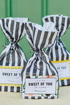 Wedding Gifts For Guests It's so Sweet of you to Come! Love it for Wedding Favors - Make guests happy at your wedding with a sweet bag wedding favour idea - DIY vintage favours Wedding Favour Sweets, Wedding Favor Table, Candy Wedding Favors, Unique Wedding Favors, Wedding Ideas, Trendy Wedding, Wedding Planning, Party Favors, Wedding Invitations