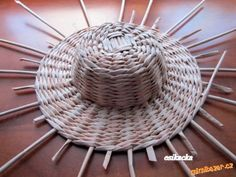 DIY Weaving Pretty Hats from Newspaper Tubes Newspaper Hat, Newspaper Basket, Newspaper Crafts, Hat Crafts, Crafts To Do, Paper Hat Diy, Summer Crafts For Toddlers, Craft App, Arts And Crafts House