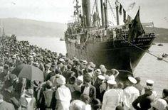 Unha multitude despide un barco de emigrantes rumbo a América no porto de Vigo en 1925.