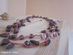 Collana all'uncinetto con pietre di fiume color viola