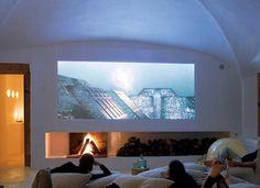 télé projetée sur un mur blanc