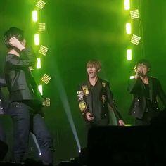 Jeonggukie making fun of Jimin's hair flip :')