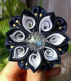 Kanzashi 21 Curved petal (easy way) - Her Crochet Satin Ribbon Flowers, Cloth Flowers, Ribbon Art, Fabric Ribbon, Ribbon Crafts, Felt Flowers, Flower Crafts, Ribbon Bows, Diy Flowers
