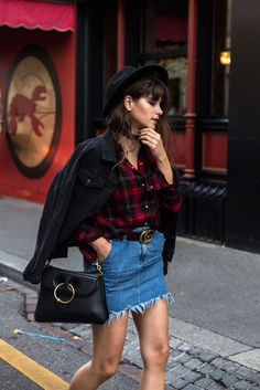 Jaqueta jeans, camisa xadrez, saia jeans, choker