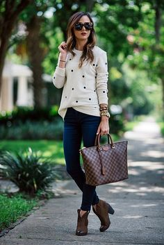 20 Fall Outfits Ideas for Women Casual Comfy and Simple 2019 I really like this whole look (except the purse). I especially like the sweater. The post 20 Fall Outfits Ideas for Women Casual Comfy and Simple 2019 appeared first on Outfit Diy. Fashion Mode, Look Fashion, Winter Fashion, Fashion Trends, Fashion Ideas, Woman Fashion, Feminine Fashion, Latest Fashion, Street Fashion