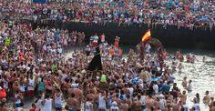 スペイン領カナリア諸島(Canary)テネリフェ(Tenerife)島にあるプエルトデラクルズ(Puerto de la Cruz)で行われた「カルメル山の聖母(Our Lady of Mount Carmel)」を祝う祭りで、港に運ばれる像(2014年7月15日撮影)。(c)AFP/DESIREE MARTIN ▼16Jul2014AFP|漁師の守護聖人祝う祭り、テネリフェ島 http://www.afpbb.com/articles/-/3020666 #Puerto_de_la_Cruz #Our_Lady_of_Mount_Carmel