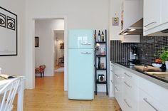 Geladeira colorida na cozinha: personaliza e alegra o ambiente - Casinha Arrumada Stockholm Apartment, Apartment Interior, Kitchen Dinning, Dining, Mint Green Decor, Retro Fridge, Retro Refrigerator, Small Space Living, New Room