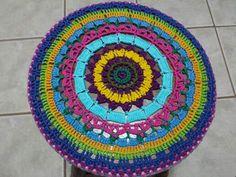 Tampo em crochet colorido do  banquinho redondo da SiL