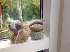 Sten trolde Billy Goats Gruff, Stone Painting, Lim, Painted Stones, Garden, Creative, Deco, Painted Rocks, Garten