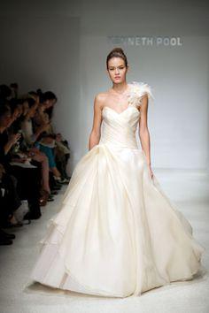 JUNO(ジュノ) 天神本店 透明感あふれる素材とシルエットが花嫁の美しさを引き立てて