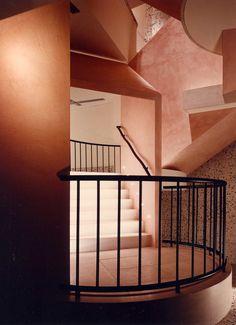 ESPRIT Flagship shop Köln 1986 by Sottsass Associati (Ettore Sottsass + Shuji Hisada) photo by Aldo Ballo Commercial Interior Design, Commercial Interiors, Space Architecture, Contemporary Interior Design, Retro Design, Interior And Exterior, Stairs, Retail, Color Codes