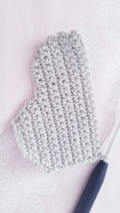 Free instructions for crocheting simple clouds Crochet Bookmark Pattern, Crochet Bookmarks, Crochet Patterns Amigurumi, Fun Projects, Crochet Projects, Crochet Cake, Crochet Mobile, Mobiles, 2nd Birthday