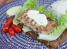 Hambúrguer de atum com maionese de wasabi Ingredientes 1 kg de filé de atum (a receita original utiliza a carne que sobra do peixe depois de filetado); 6 fatias de pão de fôrma sueco; 6 folhas de alface americana; wasabi em pasta; 2 colheres (sopa) de maionese; cream cheese a gosto; óleo para fritar; um punhado de gergelim; sal a gosto.  Modo de fazer Maionese de wasabi 1 Junte 1 colher (sopa) de wasabi em pasta e a maionese. Misture bem até ficar homogêneo.
