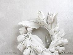Lumikranssi: Kasta muovikukat Lumi-maaliin, valuta ja ripusta kuivumaan.