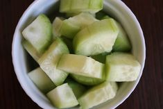 Natural Homemade Cucumber Eye Gel Recipe Ingredients: 4 oz aloe vera gel (or fresh aloe vera if you've got a plant at home like I do) large cucumber, washed, peeled, and cut into cubes Cucumber For Face, Cucumber Juice, Deli News, Fresh Aloe Vera, Face Scrub Homemade, Homemade Recipe, Spa, Eye Gel, Beauty Recipe