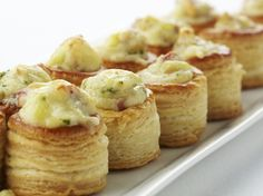 Mini bouchées met Passendale-kaas, champignons en spek - Puffs with cheese, mushrooms and bacon Party Finger Foods, Snacks Für Party, Appetizers For Party, Appetizer Recipes, Snack Recipes, Cooking Recipes, Cucumber Appetizers, Mini Foods, Appetisers