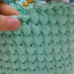E aqui o vídeo que a @haticenin_cicileri ensina como fazer o detalhe do acabamento fofo do cesto anterior! Quem fizer esse acabamento mostre pra gente.. marque a gente na foto ou marque na hashtag #pontosemnooh que assim conseguimos acompanhar!! Quem quiser achar cores lindas para fazer o seus cestinhos lindos entre lá no nosso site.. sempre temos cores lindas para vocês! Site: www.pontosemnooh.com.br #pontosemnooh #artesanato #ficaadica #fiodemalha #fioecologico #fioreciclado #trapil...