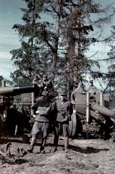 Finnish soldiers near the captured Soviet howitzer in Porlammi, pin by Paolo Marzioli Germany Ww2, Military Pictures, Red Army, Native American History, Vietnam War, Military History, Japan, World War Ii, Wwii