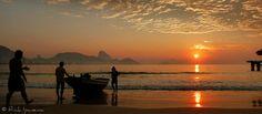 """♫ É manhã pescador,  Já se lança no mar Pra pegar uns pescados,  pra ganhar uns trocados  para se sustentar  Sol à sol com suor,  céu e céu, mar e mar Quando enfrenta perigo  logo lembra do amigo Que não pôde voltar  ♫  Pescadores da Colônia de Pescadores de Copacabana, se """"lançando"""" ao mar logo no amanhecer.  Foto: Pescadores - Praia de Copacabana - Rio de Janeiro Video: ♪ Pescador ♪ - VPC  Conforme a Lei 9.610/98, é proibida a reprodução total ou parcial ou divulgação comercial ou não sem…"""