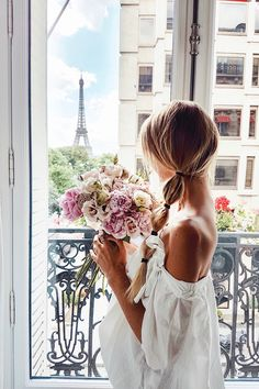 Roses and the Eiffel Tower | Paris: http://www.ohhcouture.com/2017/06/monday-update-50/ #leoniehanne #ohhcouture