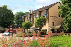 Wir sind ein kleines aber feines familiengeführtes 3-Sterne Landhotel mit 22-Hotelzimmern und ausgezeichneter monatlich wechselnder bayerischer Slow-Food Küche. Unser Haus wurde 2010 zum zweiten Male mit der Goldmedaille für bayerische Küche ausgezeichnet und gehört somit zu den Besten in Bayern. Das Hotel, Slow Food, Mansions, House Styles, Home Decor, Hotel Bedrooms, Bavaria, Sterne, Haus