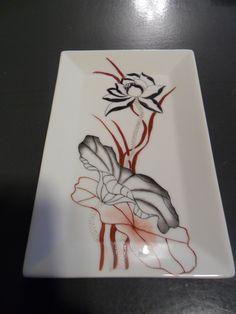 Joli plat en porcelaine décor fleurs noires et rouges : Cuisine et service de table par laudeco