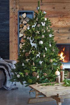 Sapin de Noël nature avec des suspensions cerfs, écureuils et petits oiseaux